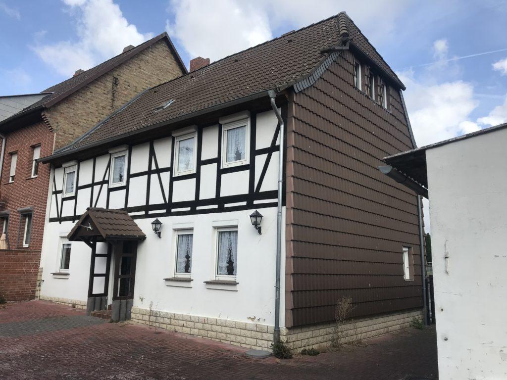 Fachwerkhaus mit Garage und ausgebautem Nebengebäude in Esbeck