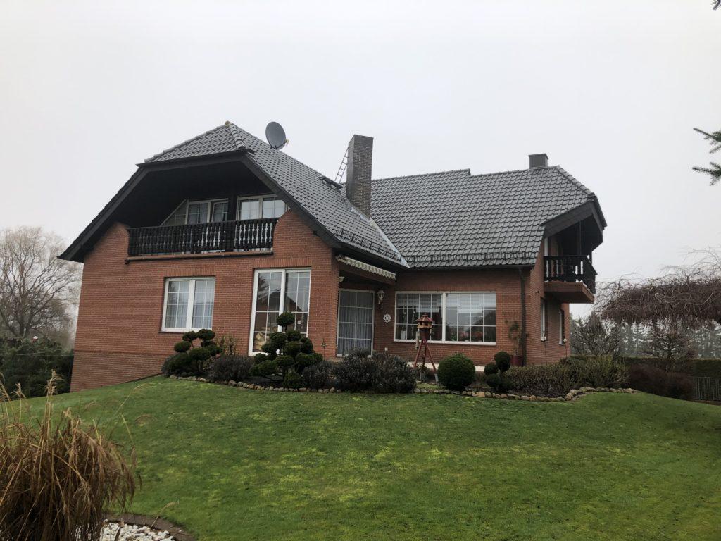 Ortsrandlage: Komfort-Zwei-Familien-Wohnhaus in Wolsdorf